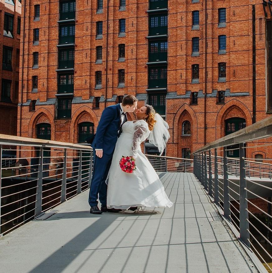 Internationales Maritimes Museum Hamburg Brautpaar Kuss Speicherstadt Hochzeitsfotograf