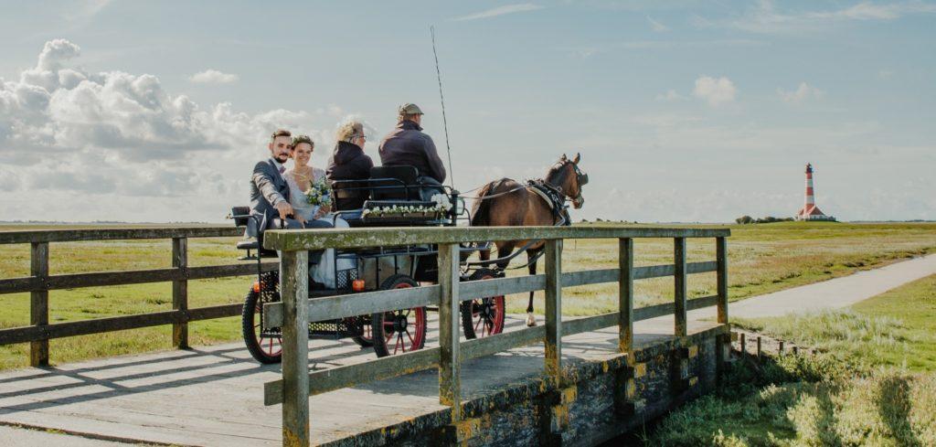 Brautpaar in Pferdekutsch vor Westerhever Leuchtturm